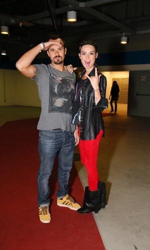 O casal de atores Thaila Ayala e Paulo Vilhena posam para fotógrafo na chegada ao show do Kiss, no Rio de Janeiro (18/11/12)