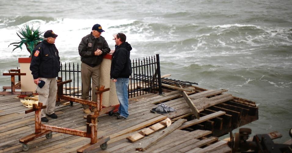 O vice-presidente dos Estados Unidos, Joe Biden (segundo à esq.), visitou área devastada pelo furacão Sandy em Seaside Heights, em Nova Jersey, neste domingo (18)