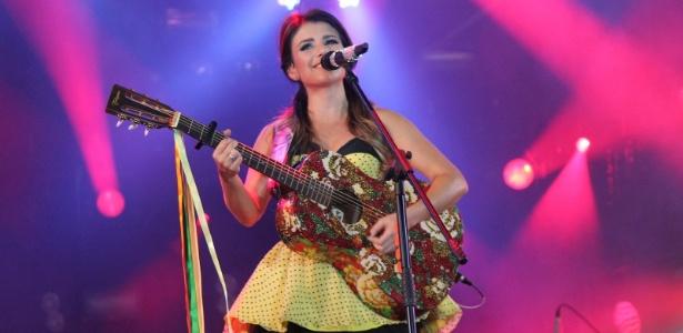 Paula Fernandes Aula De Violão: Paula Fernandes Canta Em Cima De Uma Lua Cenográfica Em