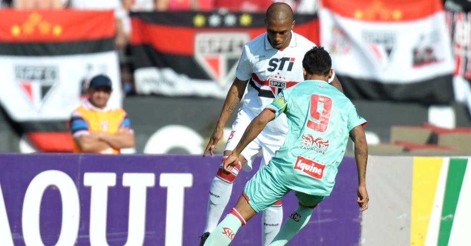 Paulo Miranda, do São Paulo, disputa jogada com Kieza, do Náutico, durante jogo pela 36ª rodada do Brasileirão