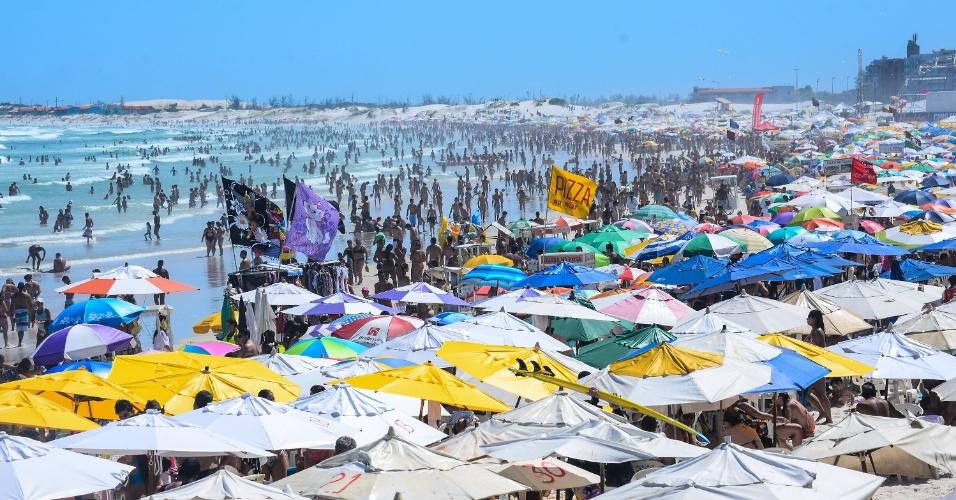 Praia do Forte, em Cabo Frio, no Rio de Janeiro, fica lotada na tarde deste domingo (18)