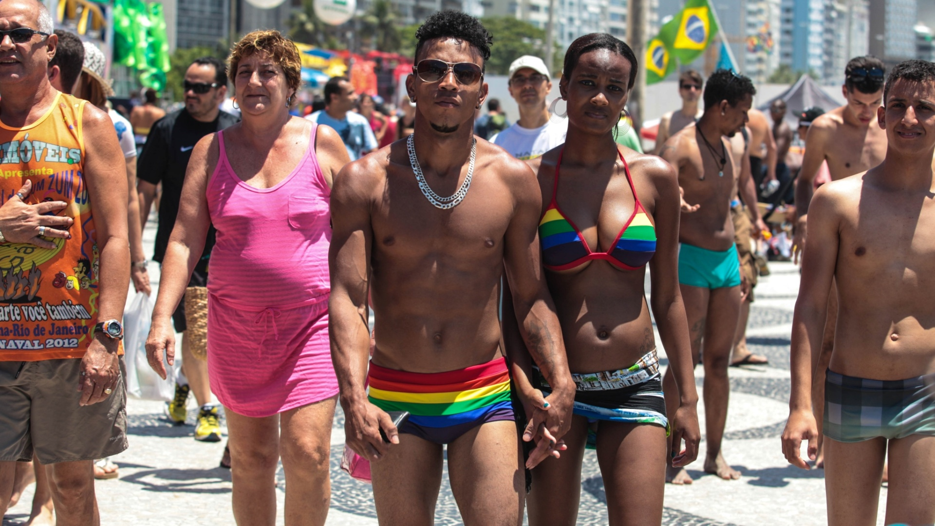 Pblico anda na orla de Copacabana (RJ) durante a 17 Parada do Orgulho LGBT, popularmente conhecida como Parada Gay, na tarde deste domingo (18) 