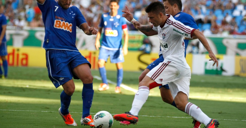 Rafael Sóbis, do Fluminense, tenta passar pela marcação do Cruzeiro, no Engenhão