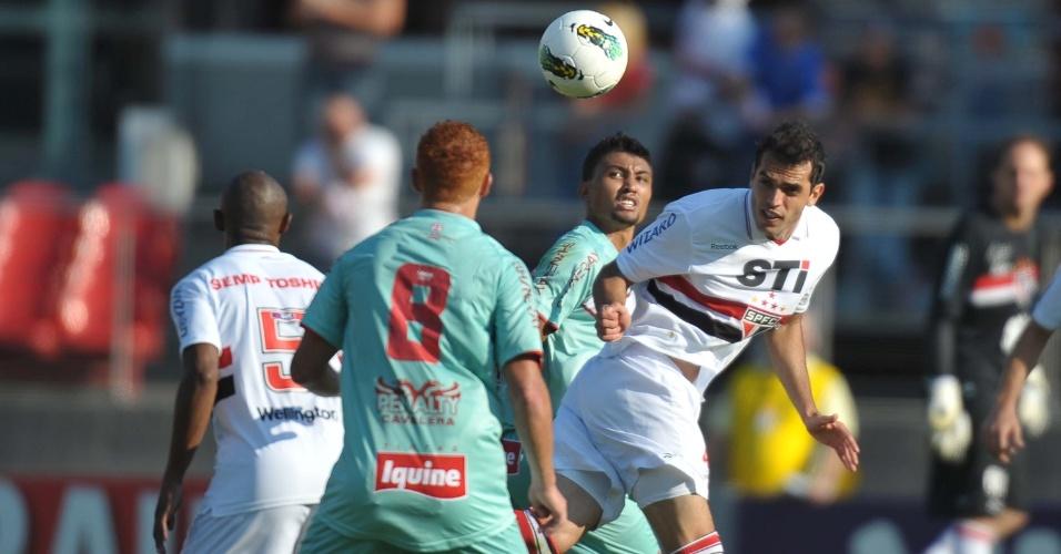 Rhodolfo, do São Paulo, afasta o perigo durante a partida contra o Náutico, no Morumbi