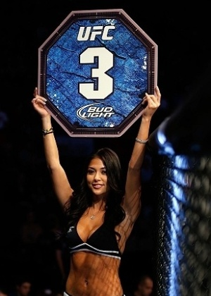 Ring girl Arianny Celeste mostra placa durante intervalo de luta no UFC 154, no Canad