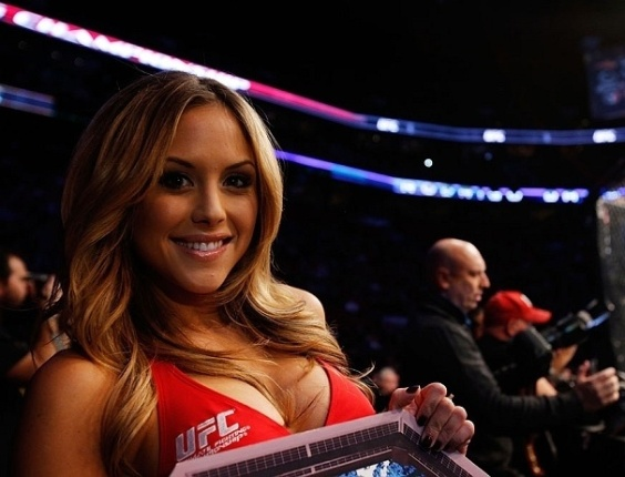Ring girl Brittney Palmer, uma das musas do UFC, posa para foto durante evento no Canadá