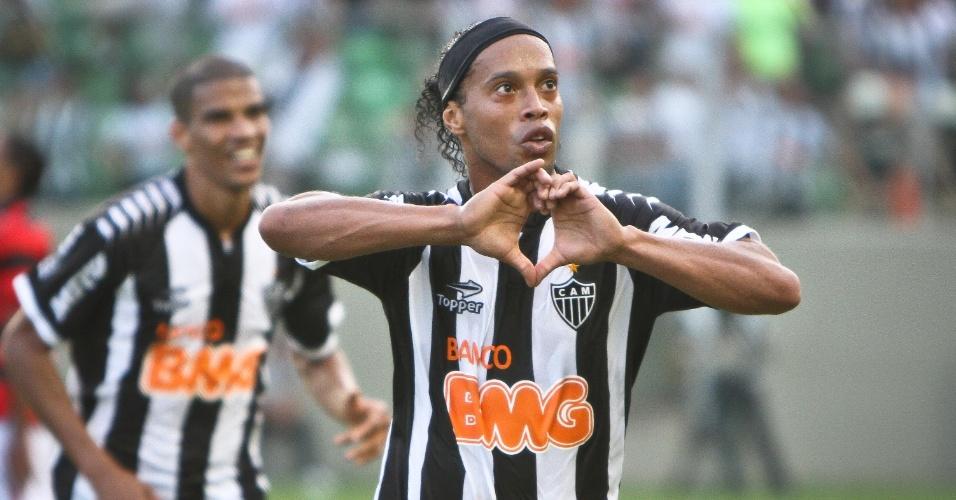 Ronaldinho Gaúcho comemora gol do Atlético-MG na partida contra o lanterna Atlético-GO, no Independência