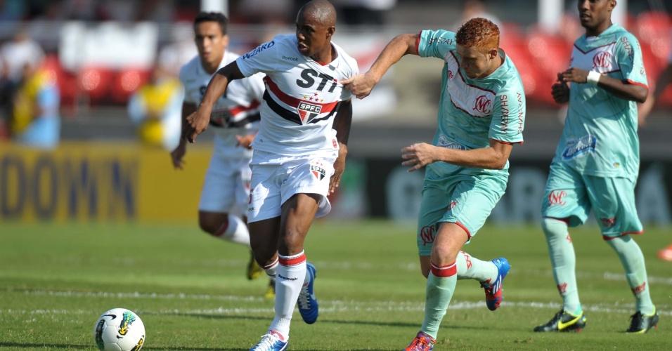 Souza do Náutico, agarra a camisa de Wellington, do São Paulo, durante jogo no Morumbi