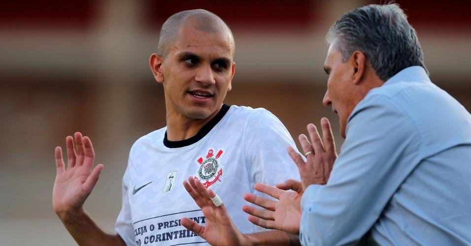 Técnico Tite, do Corinthians, dá instruções ao lateral Fábio Santos durante a partida contra o Internacional