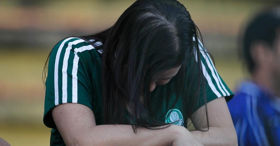 Torcedora chora e fica cabisbaixa após empate do Palmeiras contra o Flamengo, no Rio