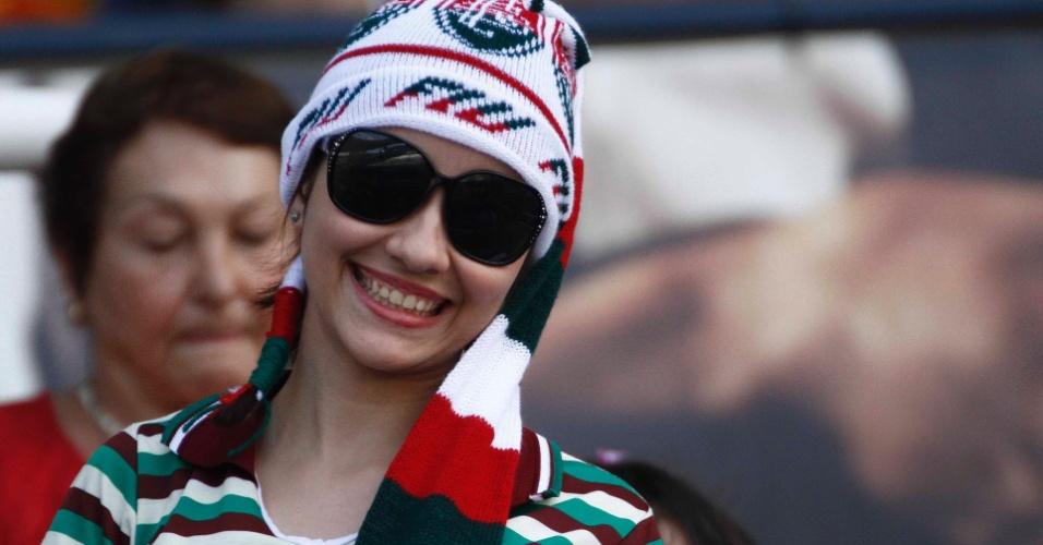 Torcedora sorri para foto antes de Fluminense e Cruzeiro. O jogo é o primeiro do time carioca ante a sua torcida depois do título