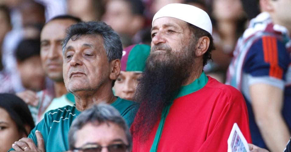 Torcedores do Fluminense aguardam o início do jogo contra o Cruzeiro, no Engenhão