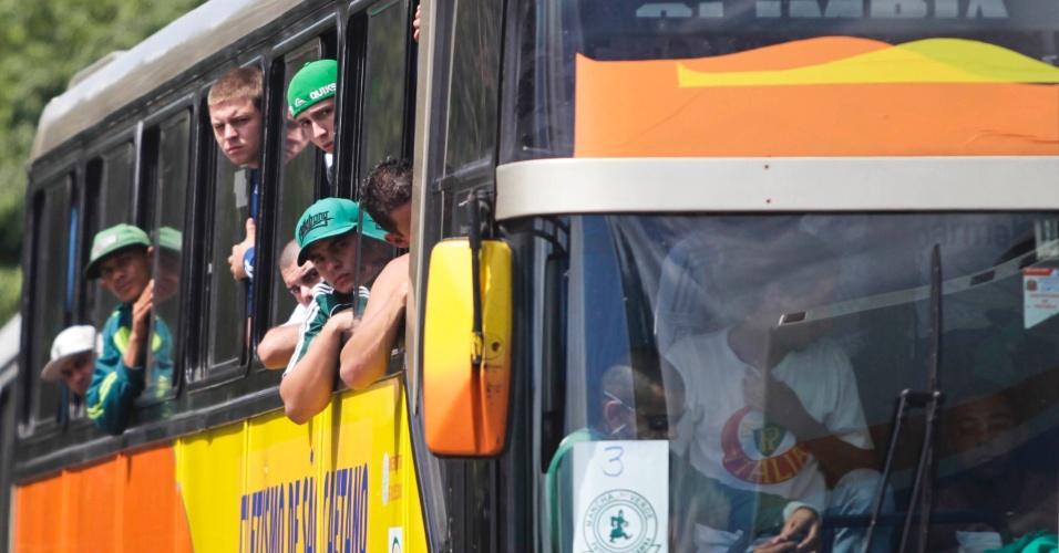 Torcedores do Palmeiras chegam no estádio em Volta Redonda para a partida contra o Flamengo