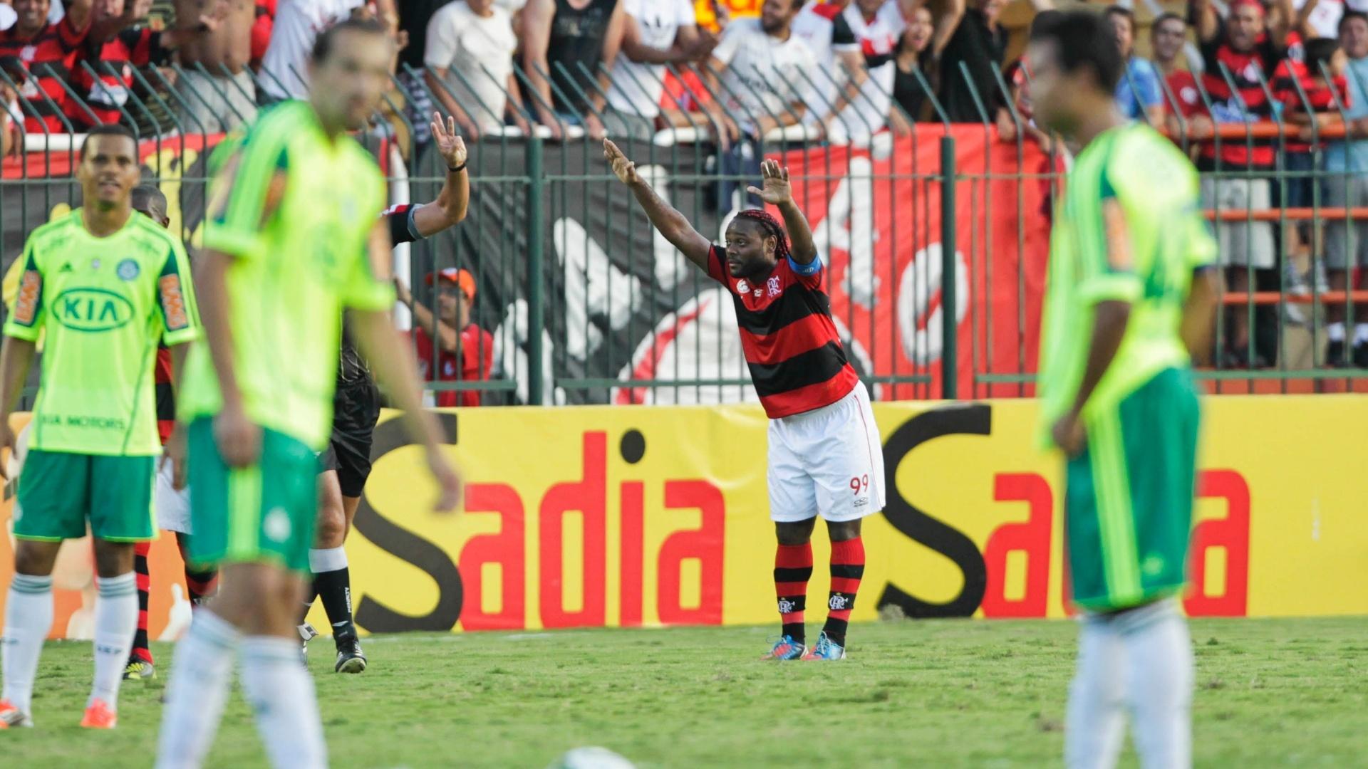 Vagner Love comemora com a torcida do Flamengo após marcar o gol de empate no duelo contra o Palmeiras