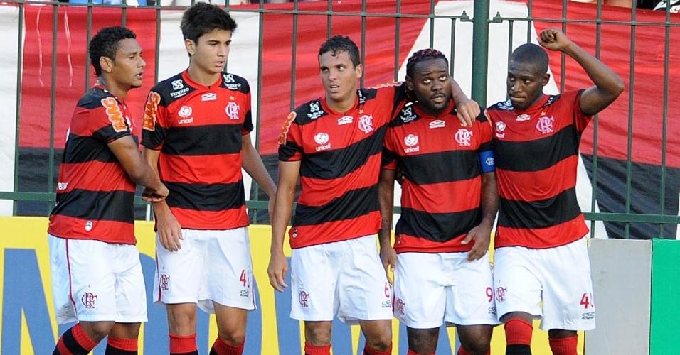 Vagner Love é abraçado pelos companheiros após marcar o gol de empate da equipe contra o Palmeiras