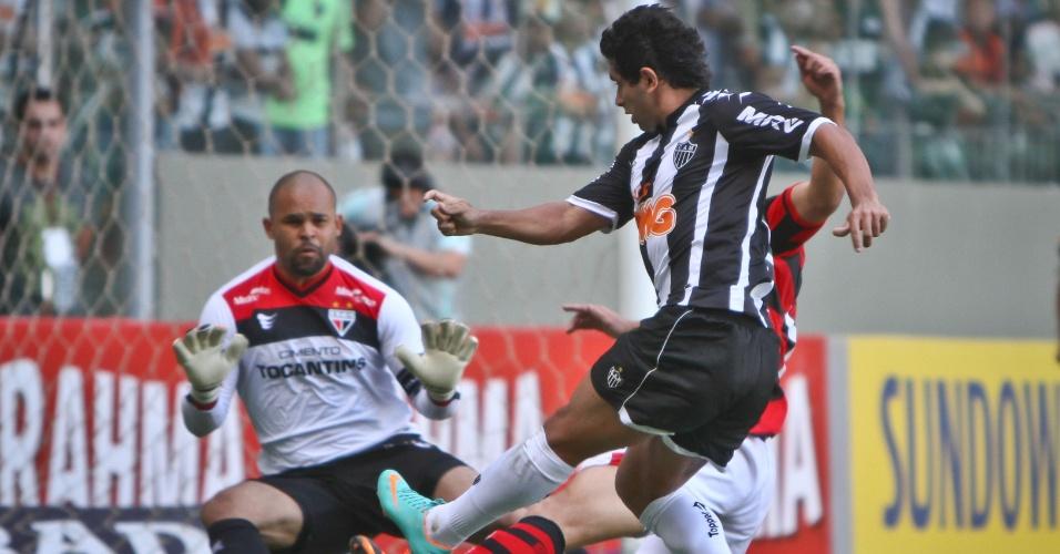 Zaga do Atlético-GO trava finalização de Guilherme, do Atlético-MG, durante partida em Belo Horizonte