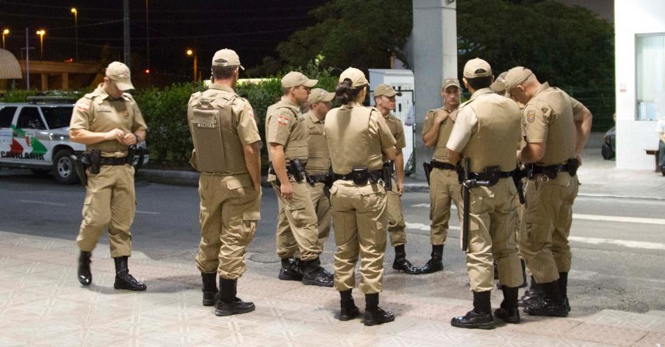 18.nov.2012 - Policiais aguardam para fazer escolta de ônibus que liga os bairros Canasvieiras e Costão do Santinho na noite deste domingo em Florianópolis