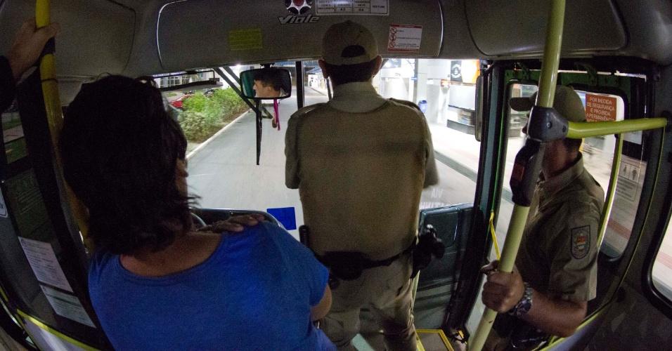 18.nov.2012 - Policiais escoltam ônibus da linha que liga Canasvieiras ao Costão do Santinho, na zona norte de Florianópolis, na noite deste domingo (18). A linha foi uma das que sofreram atentados nos últimos dias na capital catarinense