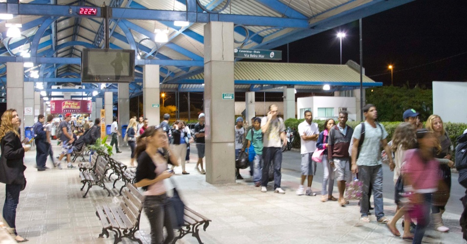 18.nov.2012 - Usuários de transporte coletivo esperam ônibus na noite deste domingo no Terminal Integrado de Canasvieiras, no centro de Florianópolis