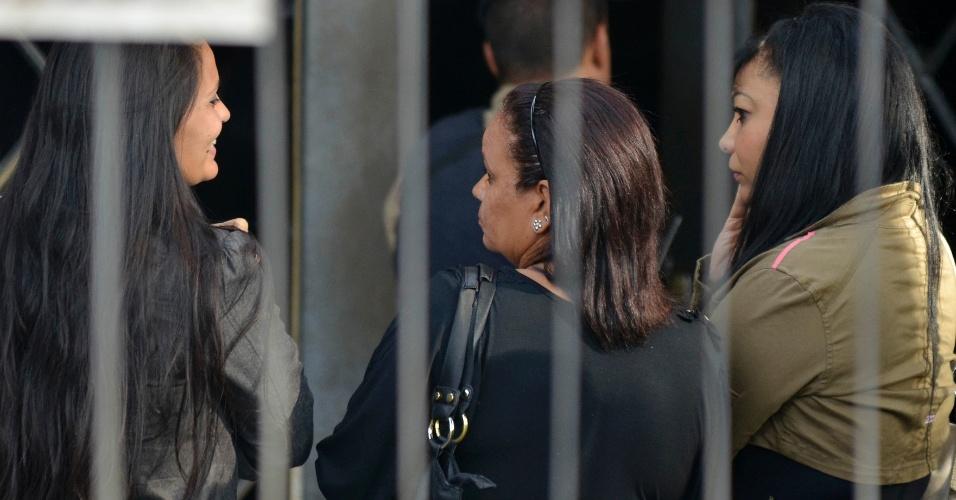 19.nov.2012 - Ingrid Calheiros Oliveira (à esq.), noiva do goleiro Bruno, chega ao Fórum Doutor Pedro Aleixo, em Contagem (MG), na região metropolitana de Belo Horizonte