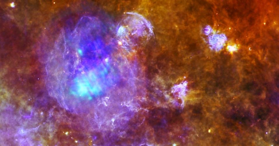 19.nov.2012 - A Agência Espacial Norte-Americana (ESA, na sigla em inglês) identificou uma supernova que está no fim da vida. Localizada na constelação da Águia, a cerca de 10 mil anos-luz de distância, a W44 já sofreu uma grave explosão de estrelas e eliminou todas as suas camadas. Nos restos do seu disco galáctico (emissões roxas), sobra apenas um pulsar, estrela de nêutrons superdensa e mais massiva que o Sol (ponto luminoso azul), com cerca de 20 mil anos.