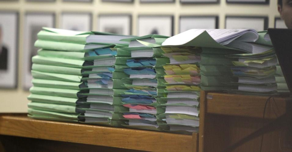 19.nov.2012 - A documentação do processo do caso Bruno é vista na sala de audiência do Fórum Doutor Pedro Aleixo, em Contagem (MG), durante o julgamento dos cinco réus pelo desaparecimento e morte de Eliza Samudio