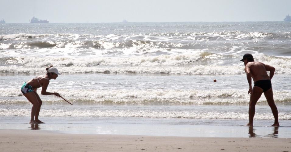 19.nov.2012 - Banhistas praticam esporte na manhã desta segunda-feira (19) em Cidade Ocian, na Praia Grande (SP), litoral sul de São Paulo