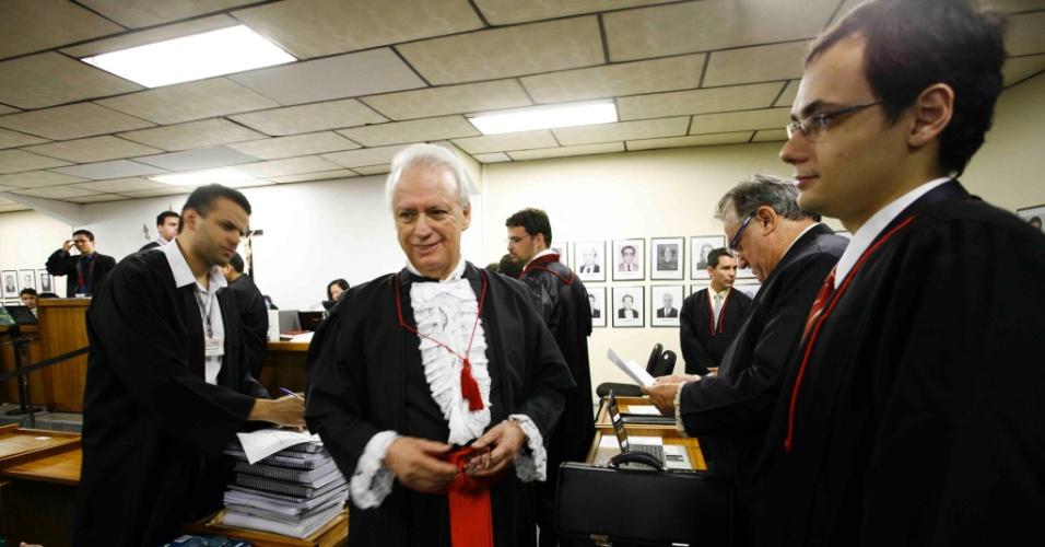 19.nov.2012 - O advogado de defesa do goleiro Bruno, Rui Pimenta (centro), conversa com seus colegas no Fórum Pedro Aleixo, em Contagem (MG)