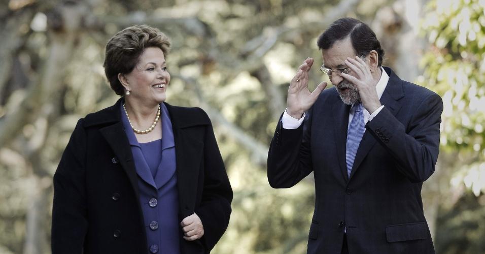 19.nov.2012 - O chefe de governo espanhol, Mariano Rajoy, conversa com a presidente Dilma Rousseff na manhã desta segunda-feira (19) nos jardins do Palácio de Moncloa. Dilma Rousseff participa hoje de sua primeira cúpula bilateral com o primeiro-ministro espanhol na qual os dois analisarão o andamento das relações bilaterais, os investimentos espanhóis no Brasil e as perspectivas da crise da zona do euro