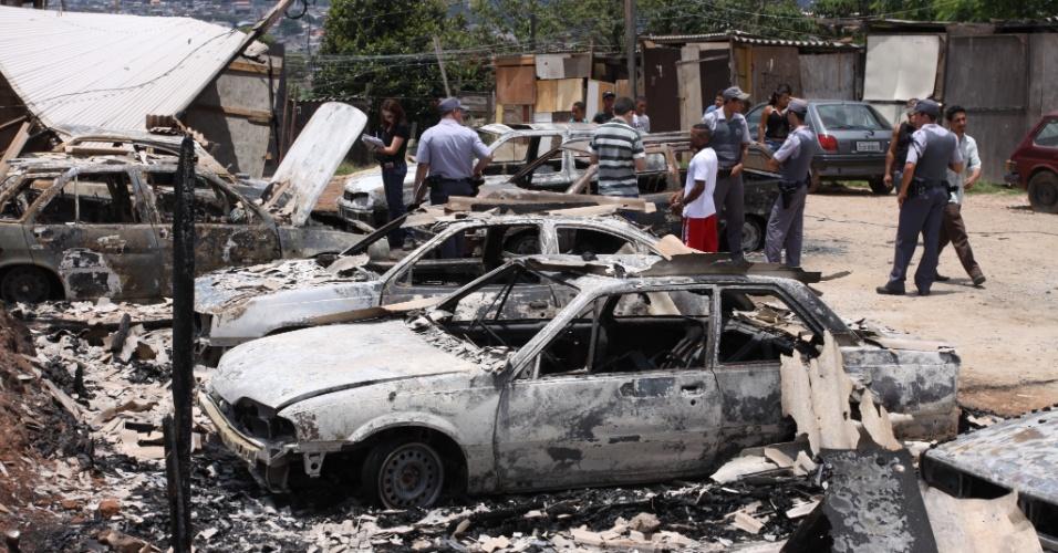 19.nov.2012 - Oito veículos foram incendiados na madrugada desta segunda-feira (19) em uma rua do Parque Imperial, em Barueri, na Grande São Paulo. Ninguém ficou ferido, e a polícia investiga o caso