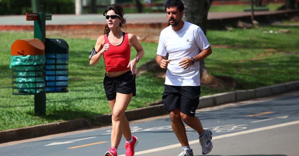 19.nov.2012 - Paulistanos aproveitam o calor em São Paulo para correr no parque do Ibirapuera, na manhã desta segunda-feira (19), véspera de feriado na cidade