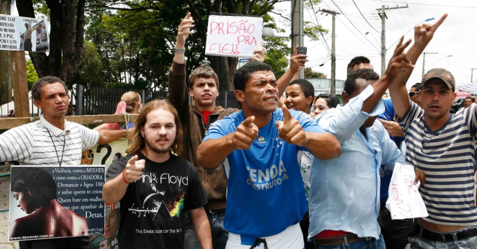 19.nov.2012 - Populares fazem protesto para prisão do goleiro Bruno na frente do Fórum Doutor Pedro Aleixo, em Contagem (MG)
