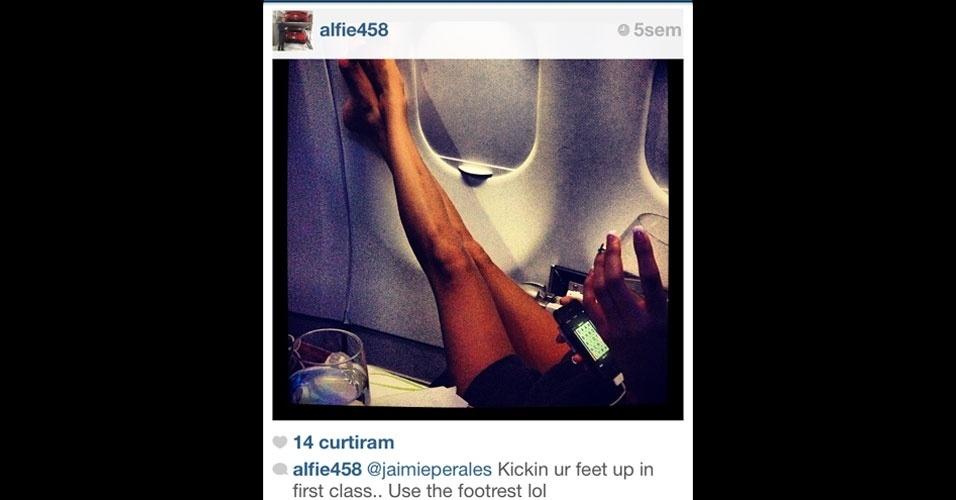 A rica aí de cima mostra a vida dura de quem viaja de avião na primeira classe