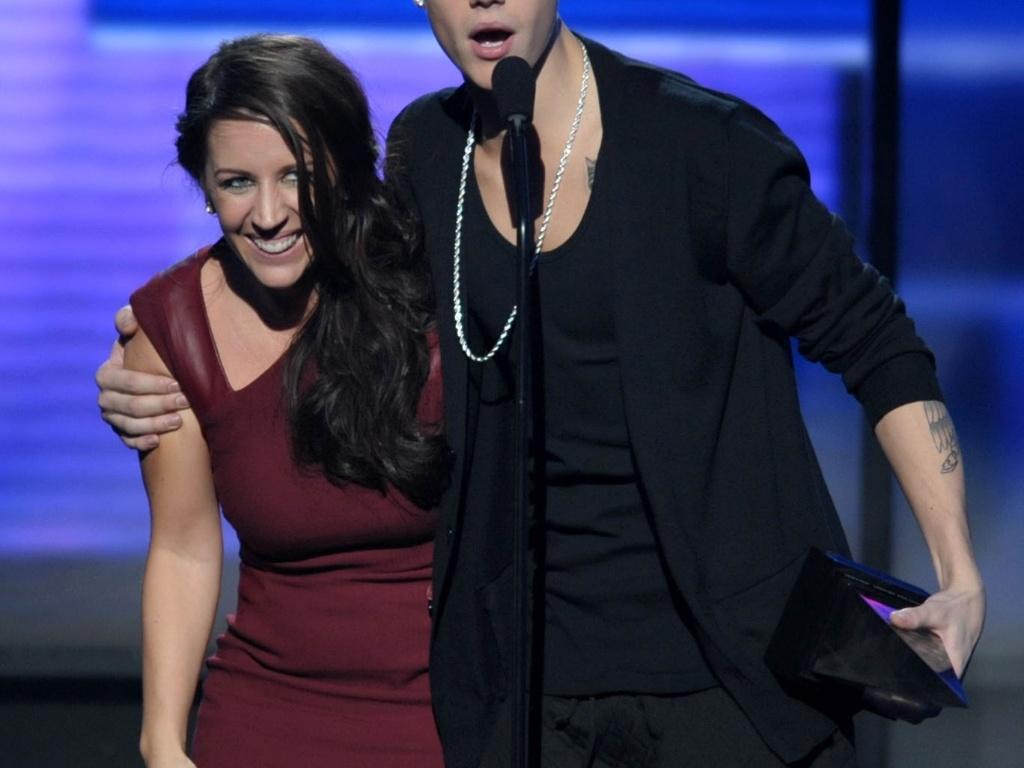 Cantor Justin Bieber ganha troféu de melhor artista do ano na 40º edição do American Music Awards e comemora ao lado da mãe, Pattie Malette (18/11/12)