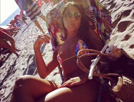 Carolina Portaluppi, filha de Renato Gaúch,o aproveita feriadão com sol e desfila curvas na praia e nas redes sociais