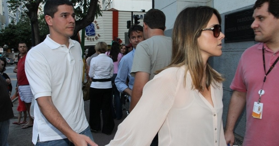 Diego Boni e Fernanda Pontes chegam para a missa de sétimo dia de Marcos Paulo na igreja Nossa Senhora da Paz, em Ipanema, zona sul do Rio de Janeiro. O ator e diretor morreu vítima de uma embolia pulmonar no domingo (11) (19/11/12)