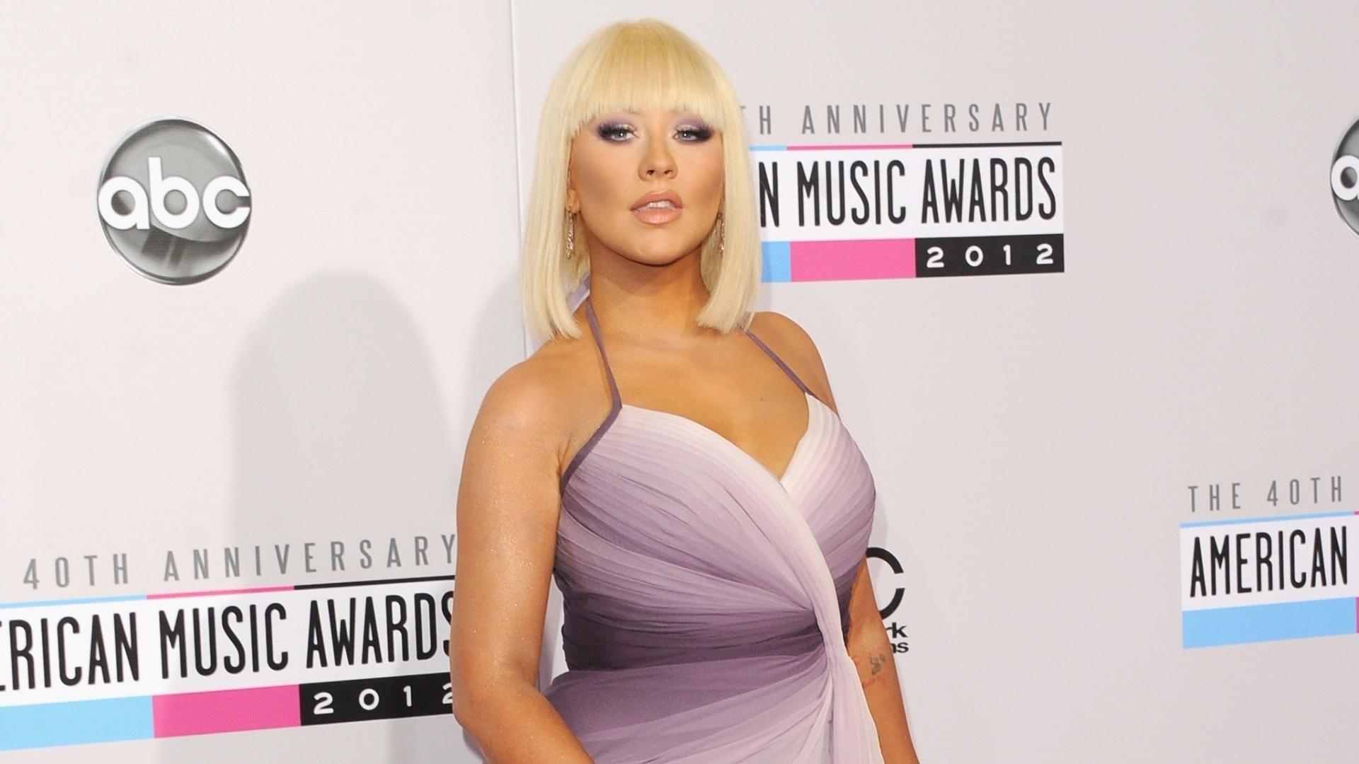 Com alguns quilinhos a mais e com o bronzeamento em dia, a cantora Christina Aguilera se apresenta na 40°edição do American Music Awards, em Los Angeles, nos EUA (18/11/12)