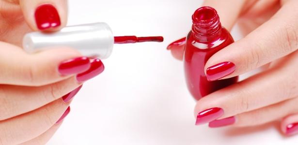 O vermelho e o branco aparecem como as cores de esmaltes mais vendidas no Brasil