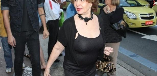 Atriz Iris Bruzze chega para a missa de Marcos Paulo (19/11/12)