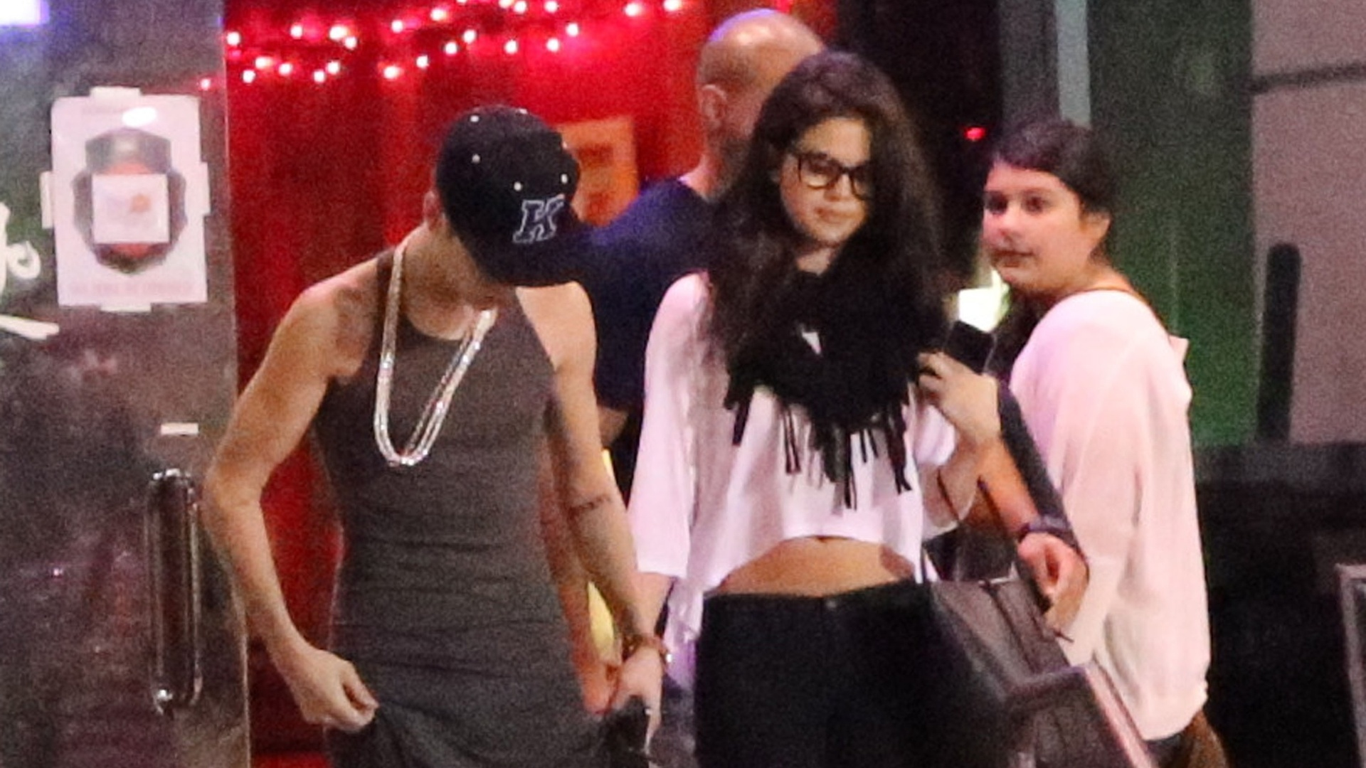 Justin Bieber e Selena Gomez saram para jantar em um restaurante na Califrnia (16/11/12). Os cantores que esto separados deixaram o local em carros separados. Ao chegar na residncia de Selena, Justin foi impedido de entrar e chegou a passar um tempo parado no porto