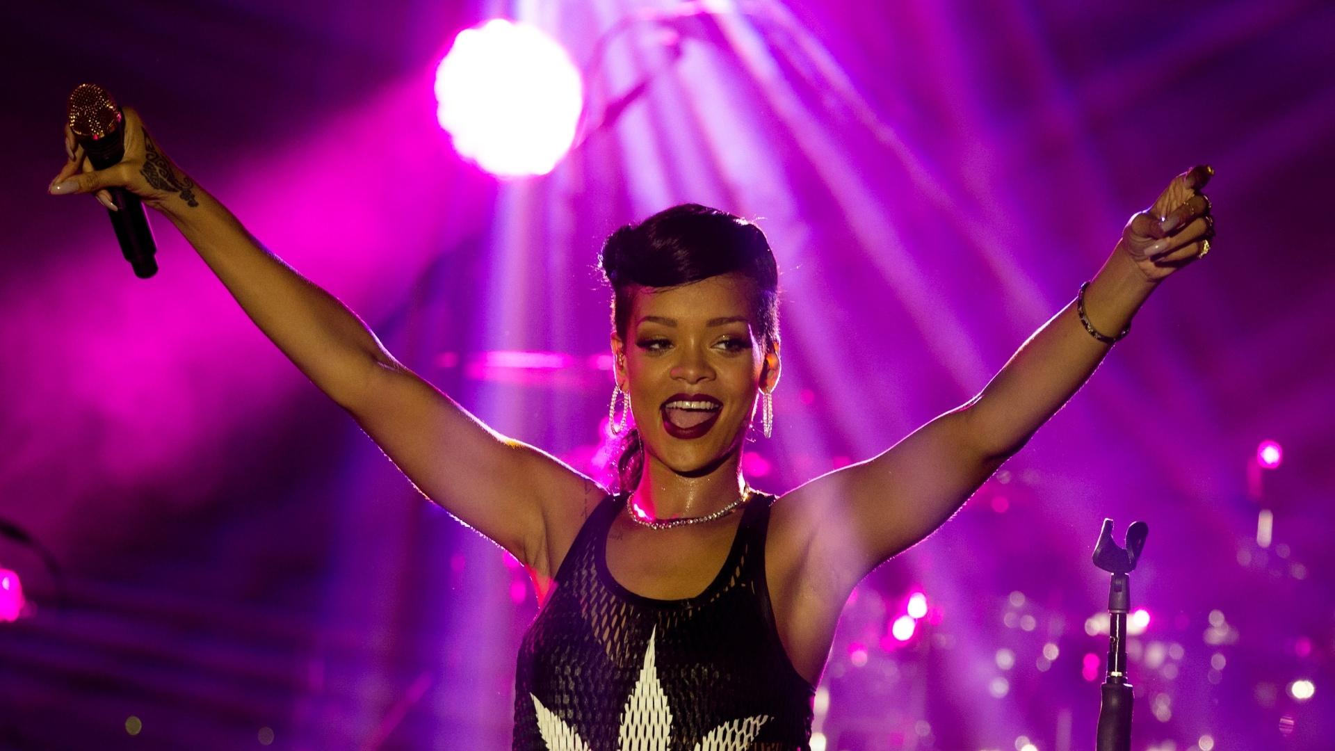 Rihanna usou uma blusa com uma folha da maconha estampada durante show em Berlin, na Alemanha (18/11/12). A apresentação faz parte da turnê
