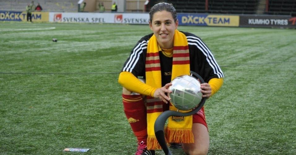 Verónica Boquete posa com a taça do Campeonato Sueco, conquistada pelo Tyresö