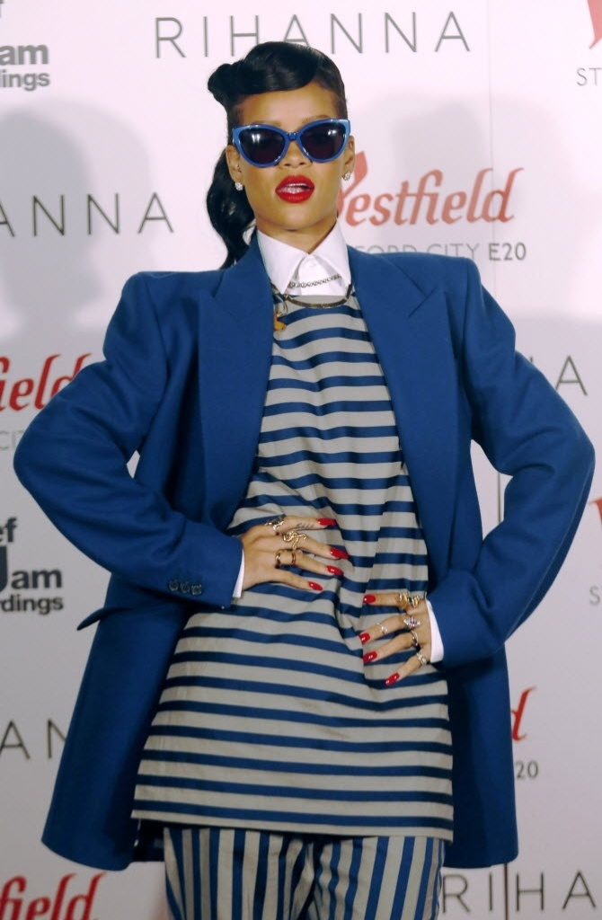Vestida com conjunto listrado, Rihanna posa antes de cantar na inaugurao da decorao de Natal de um shopping em Stratford, Londres (19/11/12) 