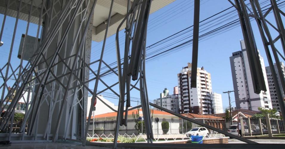 20.nov.2012 - Criminosos usam carro na marcha ré para arrombar e assaltar loja de roupas no bairro Kobrasol, na cidade de São José (SC), na madrugada desta terça-feira (20)