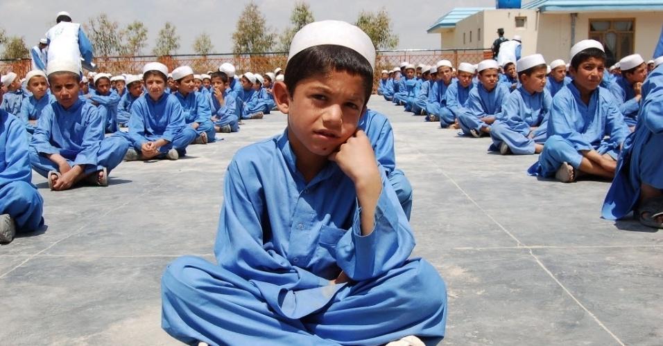 20.nov.2012 - Meninos sentam em pátio de orfanato em Kandahar (Afeganistão). Estima-se que existam hoje cerca de um milhão de órfãos e crianças abandonadas por causa das duas décadas de guerra no país
