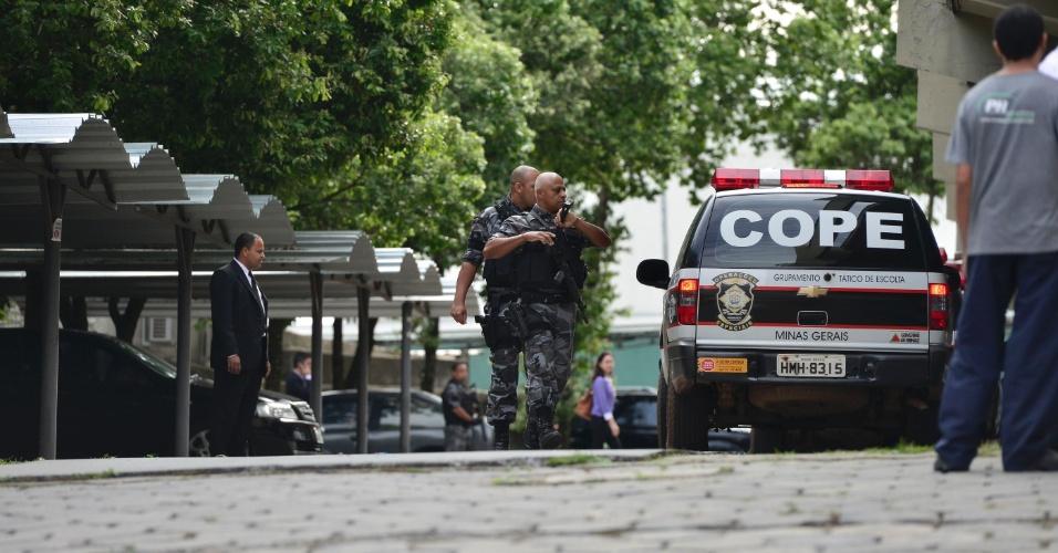20.nov.2012 - Movimentação da polícia durante a chegada do goleiro Bruno ao fórum de Contagem (MG) para o segundo dia de julgamento