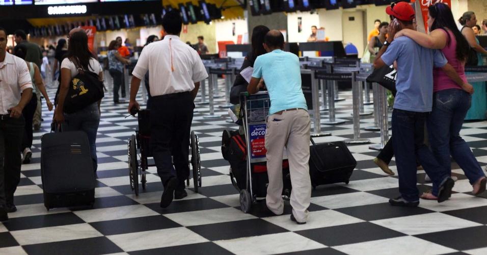 20.nov.2012 - Movimentação intensa no aeroporto de Congonhas, zona sul da cidade de São Paulo, nesta terça-feira (20), Dia da Consciência Negra