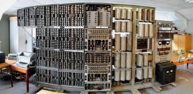 20.nov.2012 - O primeiro computador digital do mundo, uma máquina com mais de duas toneladas, voltou a ser ligado nesta terça-feira (20) no Reino Unido. A peça foi fundamental para o programa britânico de Pesquisa de Energia Atômica - ela foi construída em 1949 para fazer fazia cálculos gigantes - será exposta em museu de Buckinghamshire, no centro da Inglaterra, após um reparo de três anos