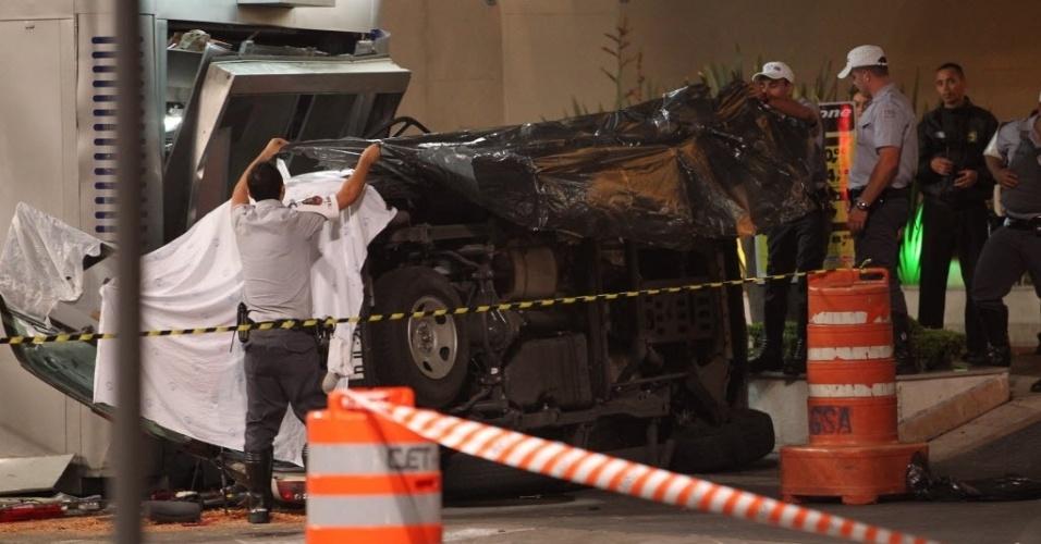 20.nov.2012 - Um carro da Polícia Militar capotou na avenida Paulista, na Bela Vista, em São Paulo (SP), depois de perseguição a suspeitos na via. Três pessoas ficaram feridas, entre elas um PM