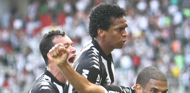 De cabelo cortado, J comemora gol do Atltico-MG (18/11/2012)